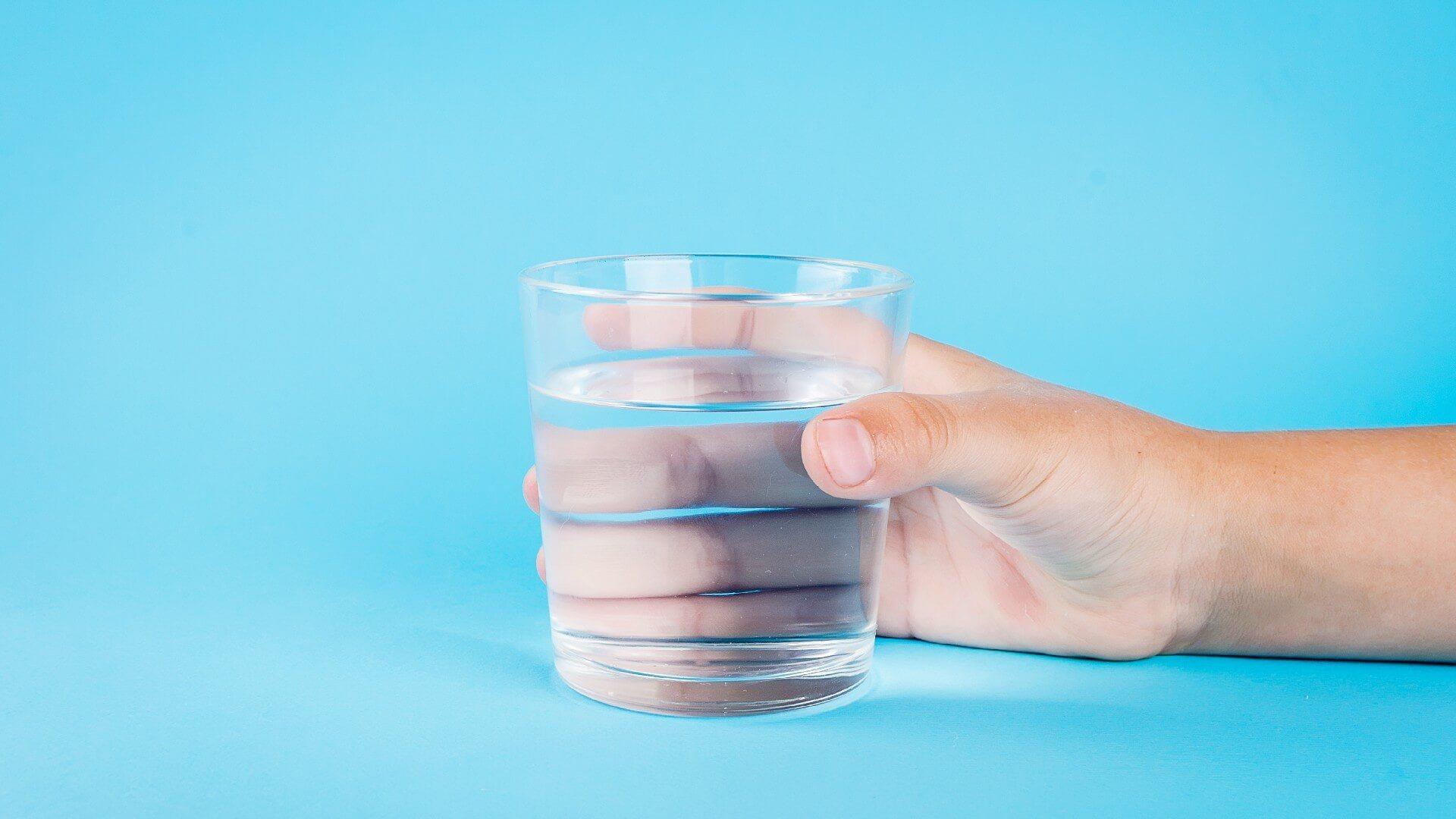 כוס מים קרים וצלולים ישירות ממתקן מים קרים וחמים